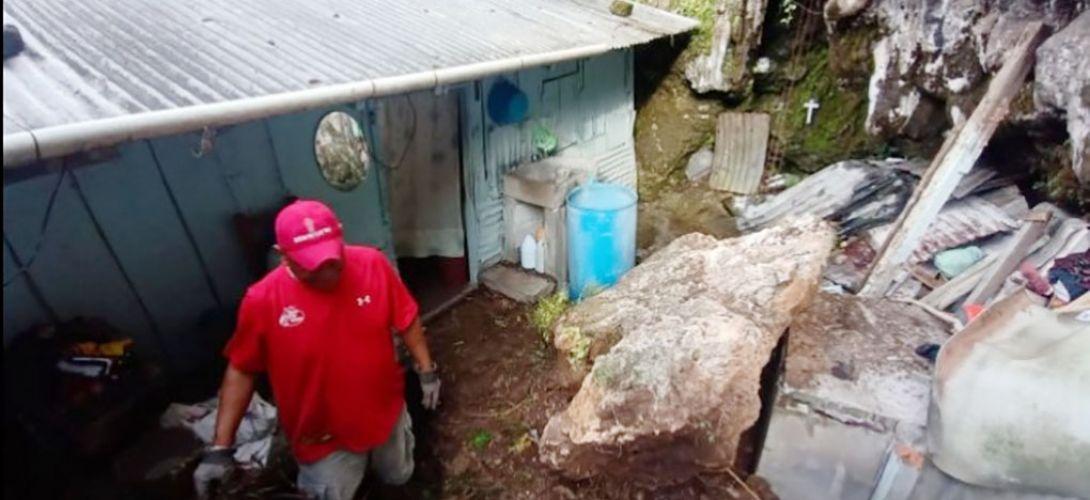 Piedra de gran tamaño cae sobre vivienda de Orizaba