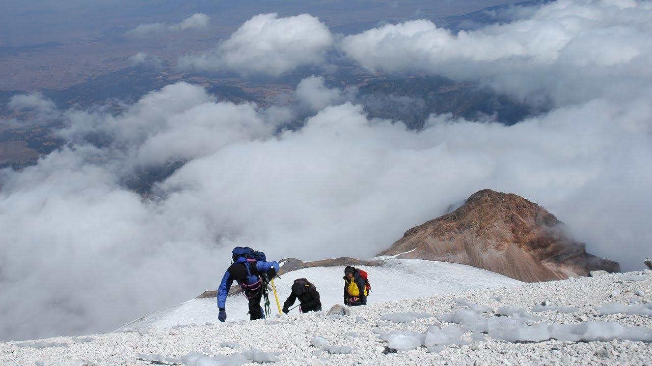 Escaladores subiendo por las laderas del Pico de Orizaba